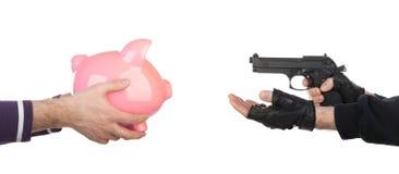 Räuber mit dem Gewehr, das piggy Querneigung vom Opfer nimmt Lizenzfreie Stockfotografie
