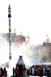 Räuchergefäß vor dem Tor von Jokhang-Tempel Lizenzfreies Stockfoto
