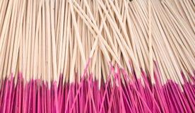 Räucherstäbchen als Hintergrund Stockbilder