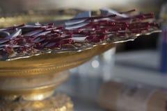 Räucherstäbchen auf dem goldenen Behälter mit Sockel lizenzfreie stockfotos