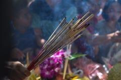 Räucherstäbchen auf Räucherstäbchentopf brennen und Rauchgebrauch für Lohnrespekt zum Buddha Lizenzfreies Stockfoto