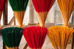 Räucherstäbchen an einem Tempel in Asien stockfotos