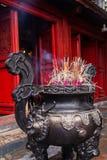Räucherstäbchen in einer Stahlvasennahaufnahme im Tempel der Literatur Quoc Tu Giam, Hanoi, Vietnam Vertikale Ansicht lizenzfreie stockfotos