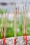 Räucherstäbchen im Ascheimer Lizenzfreie Stockbilder