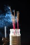 Räucherstäbchen mit Rauche Stockfotografie