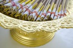 Räucherstäbchen und gelbe Kerzen Stockbilder