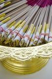 Räucherstäbchen und gelbe Kerzen Stockfoto