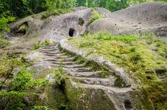 Räume schnitzten in den Felsen mit Türen und Fenstern im Höhlenkloster in den Karpatenvorbergen Rozhirche Stockfotos
