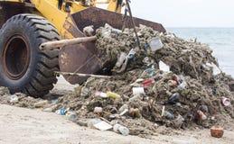 Räumen Sie Abfall auf der Küste auf Spuren auf Stockfoto