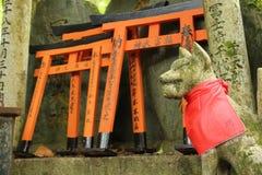 Räv i den Fushimi Inari relikskrin i Kyoto, Japan Royaltyfria Foton