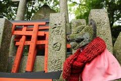 Räv i den Fushimi Inari relikskrin i Kyoto, Japan Arkivbild