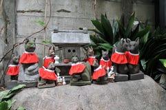 Rävskulpturer Kitsune ställde upp den Namiyoke Inari Jinja relikskrin i Tokyo, Japan arkivbilder