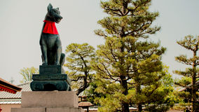 Rävstaty i den Fushimi Inari relikskrin Arkivbild