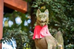 Rävstaty i den Fushimi Inari templet Royaltyfri Fotografi