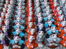 Rävstatyetter för bra lycka i Fushimi Inari Taisha förvarar fotografering för bildbyråer