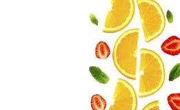 Rżnięci pomarańcze, truskawkowych i nowych liście na białym tle, obrazy stock