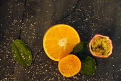 Rżnięte pomarańcze i pasyjna owoc na stole zdjęcie stock
