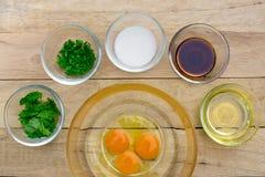 Rå ägg och ingredienser på träbakgrund Royaltyfria Foton