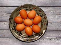 Rå ägg på en platta royaltyfri foto