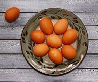 Rå ägg på en platta arkivbild