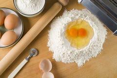 Rå äggpasta med mjöl och kavlen Royaltyfri Bild