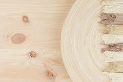 Rå asiatiska nudlar på beige trämaträtt på det vita brädet, bästa sikt Royaltyfri Foto