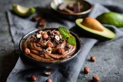 Rå avokadochokladmousse med hasselnötter fotografering för bildbyråer