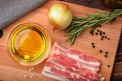 Rå bacon, olivolja, kryddor och örter Royaltyfri Fotografi