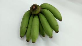 Rå bananfrukt på den vita tabellen Arkivfoto