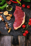 Rå biff med grönsaker Fotografering för Bildbyråer