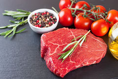 Rå biff med matlagningingridients Fotografering för Bildbyråer