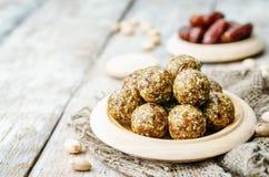 Rå bollar för pistasch för strikt vegetariandatumsesam Arkivfoto