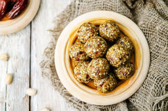 Rå bollar för pistasch för strikt vegetariandatumsesam Arkivfoton