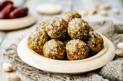 Rå bollar för pistasch för strikt vegetariandatumsesam Royaltyfria Bilder
