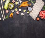 Rå bovetenudlar, den inlagda ingefäran, lök, högg av peppar, pinnar, soya, ingredienser som lagar mat den asiatiska matgränsen, p arkivfoto