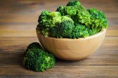 Rå broccoli på trätabellen arkivbilder