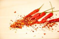 Rå chili och chiliflingor Arkivbild