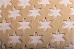 Rå deg för julkakor för barn som gör pepparkakakakor i formen av snöflinganärbilden cutting fotografering för bildbyråer