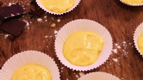 Rå deg för muffin i specialt papper bildar för att baka stock video