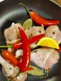 Rå fega ben, stekpanna, peppar för röd chili, Royaltyfri Foto