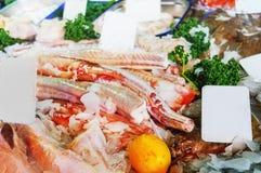 Rå fisk på en stall Royaltyfri Fotografi
