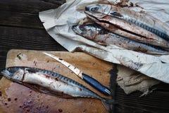 Rå fisk på en tabell royaltyfri foto