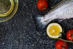 Rå fisk på mörk bakgrund Royaltyfri Foto
