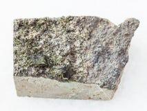 rå gröna kristaller av Epidote vaggar på på vit Royaltyfri Bild