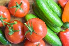 Rå grönsaker på köksnitt stiger ombord, den bästa sikten arkivfoton