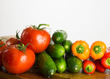 Rå grönsaker på köksnitt stiger ombord, sammansättning på vit backgr Royaltyfria Bilder