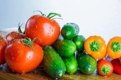 Rå grönsaker på köksnittbräde arkivbilder