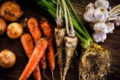 Rå grönsaker på träbakgrund Arkivfoto