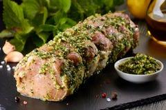 Rå grisköttfransyska med kryddor som är klara för att baka Royaltyfri Bild