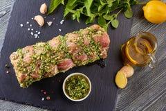 Rå grisköttfransyska med kryddor som är klara för att baka Arkivfoton